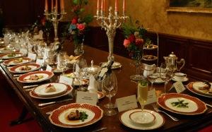 la mesa con los diez platos, y la vajilla de 1912