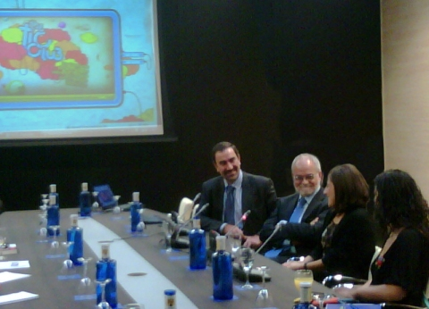 En la presentación hoy, Pepe de la Peña, Javier Nadal, de perfil Saturna Barrio y, de espaldas, Carolina Noriega.